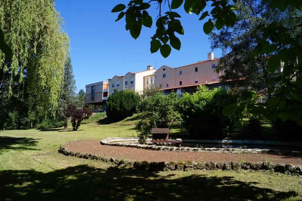Le Centre Médical vu du parc côté mare